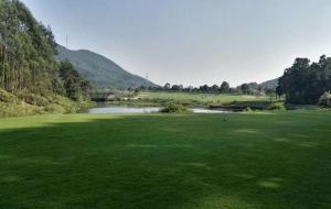 云南昆明春城湖畔高尔夫球场(山景)